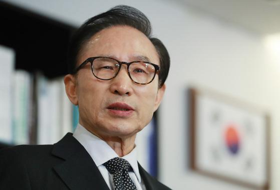 이명박 전 대통령이 17일 오후 서울 강남구 삼성동 사무실에서 검찰의 특수활동비 수사와 관련한 입장을 발표하고 있다. 오종택 기자