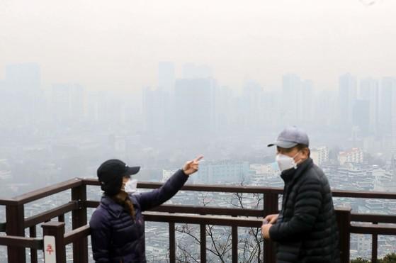 미세먼지 농도가 '나쁨' 수준을 보인 16일 시민들이 서울 남산을 걷고 있다. [김상선 기자]