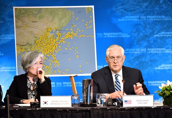 """강경화 외교부 장관(왼쪽)이 16일(현지시간) 캐나다 밴쿠버에서 열린 '한반도 안보 및 안정에 관한 밴쿠버 외교장관 회의'에서 렉스 틸러슨 미 국무장관의 발언을 듣고 있다. 틸러슨 장관은 회의에서 '북한이 대화 테이블에 나올 정도로 더 큰 대가를 치르도록 해야 한다""""고 말했다. [AFP=연합뉴스]"""