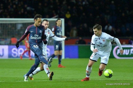 PSG 네이마르(왼쪽)가 18일 디종과 경기에서 드리블 돌파를 하고 있다. [사진 디종 트위터]