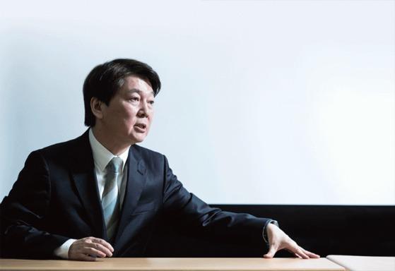 """안철수 국민의당 대표가 1월 15일 서울 마포구에 있는 '싱크탱크 미래' 사무실에서 가진 월간중앙과의 인터뷰에서 '바른정당과의 통합은 대세""""라며 '6월 지방선거에서 지지율 2위, 2020년 총선에서 제1당에 이어 2022년 대선에서 승리하겠다""""고 다짐했다."""