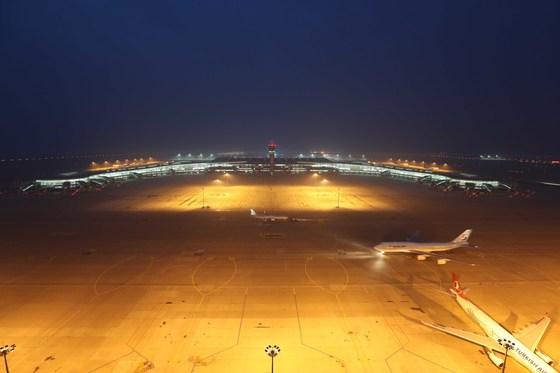 인천공항 제2터미날 공식 운영을 사흘 앞둔 지난 15일 인천공항 주관제탑에서 바라본 제2터미널 계류장 모습. 오종택 기자