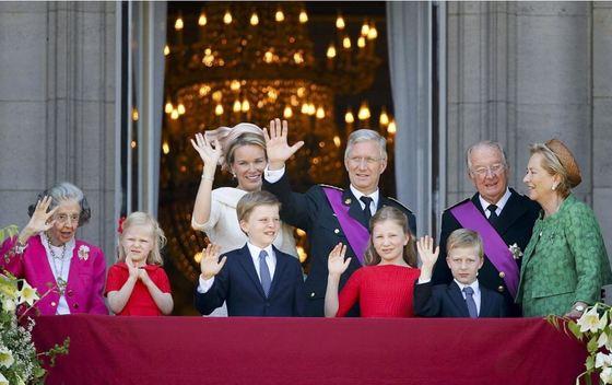 2013년 7월 21일 필리프 벨기에 국왕이 즉위했다. 브뤼셀에 엤는 왕궁 발코니에서 국민에게 인사하는 벨기에 로열패밀리. 오른쪽은 이날 아들에게 양위한 알베르 2세 부부, 가운데는 필리프 국왕과 마틸디 왕비. 앞줄의 어린이들은 국왕 부부의 네 자녀다. [로이터=연합뉴스]