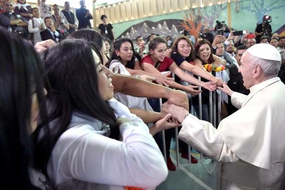 칠레 여성 재소자 손잡아 준 교황