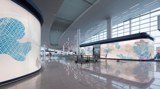 인천공항 제2여객터미널에 설치된 지니 서 작가의 파사드 아트 '윙즈 오브 비전'. [사진제공 인천공항공사]