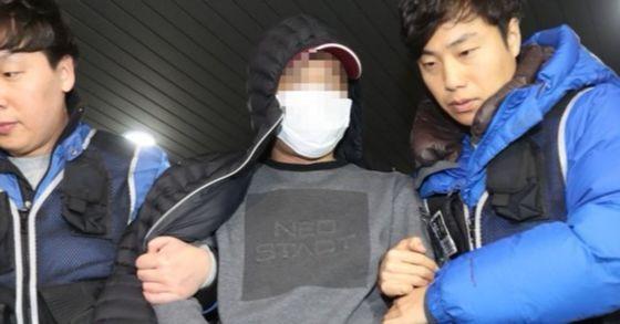 경남 거제에서 검거된 울산 새마을금고 강도 사건의 피의자인 김모씨가 18일 오후 울산 동부경찰서로 압송되고 있다. [사진 연합뉴스]