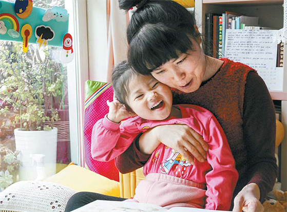 희귀난치성 질환인 웨스트증후군을 앓고 있는 정고은양과 어머니 이애숙씨. [사진 밀알복지재단]