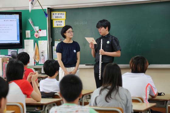 홍정인씨(오른쪽)가 초등학생들 앞에서 장애 인식 개선 수업을 진행하고 있다. [사진 하트하트재단]