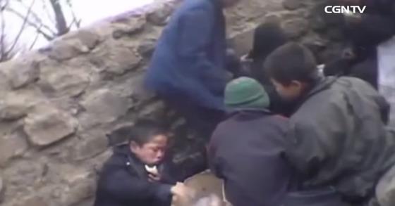 강제 노역에 시달리는 북한 어린이들. [사진 유튜브 CGN TV 캡처]