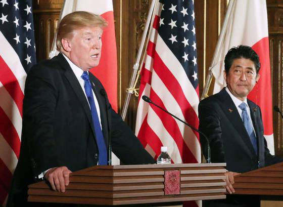 지난해 11월 도널드 트럼프 미국 대통령(왼쪽) 아베 신조 일본 총리와 공동기자회견에서 발언하고 있다. [교도=연합뉴스]