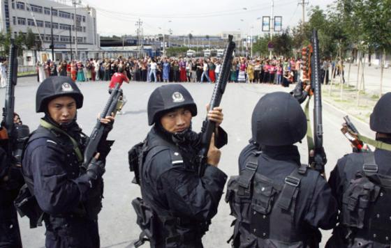 중국 공안(경찰)특공대가 2009년 7월 7일 신장위구르 자치구의 수도인 우루무치에서 위구르족 시위대와 대치하고 있다. 당시 시위로 최소 156명이 숨지고 1400여명이 체포됐다. [중앙포토]