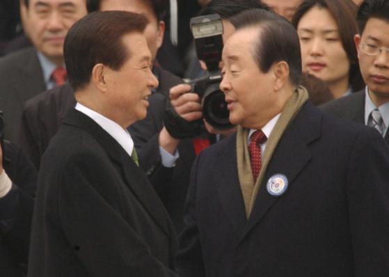 1998년 2월 25일 여의도 국회의사당 광장에서 열린 15대 대통령 취임식에서 김대중 당시 대통령(왼쪽)이 김영삼 전 대통령과 인사를 하고 있다. [중앙포토]