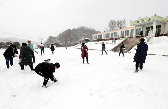 전국 유일의 기숙형 학교폭력 치유 학교인 대전 해맑음센터에서 학생들이 눈 놀이를 하며 마음을 풀고 있다. [프리랜서 김성태]