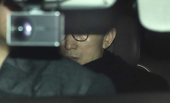 이명박 전 대통령이 17일 오후 강남구 삼성동 사무실에서 검찰의 특수활동비 수사와 관련한 입장을 발표한 뒤 사무실을 나와 차에 오르고 있다. 오종택 기자