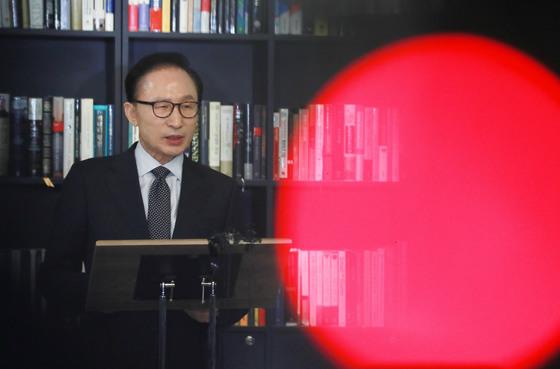 이명박 전 대통령이 지난 17일 오후 강남구 삼성동 사무실에서 검찰의 특수활동비수사와 관련한 입장을 밝히고 있다. 오종택 기자