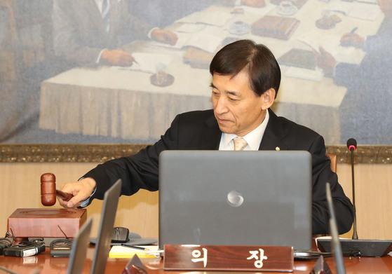 18일 오전 서울 중구 한국은행에서 열린 올해 첫 금융통화위원회에 참석한 이주열 총재가 의사봉을 두드리고 있다. [뉴시스]