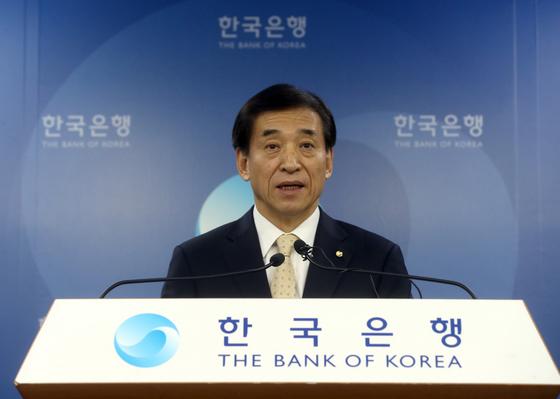이주열 한국은행 총재가 18일 한국은행 기자실에서 통화정책방향 등에 대한 기자회견을 하고 있다. 최정동 기자.