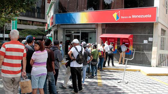 돈을 인출하기 위해 베네수엘라 은행 앞에 줄을 선 사람들.