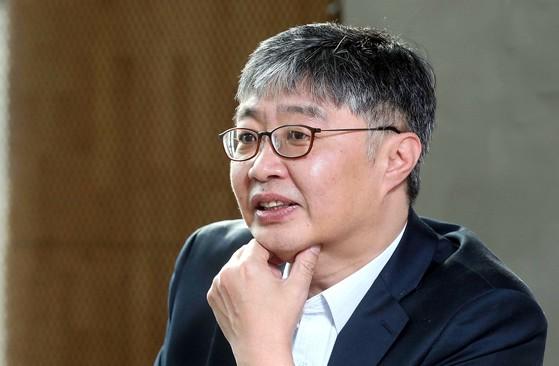 """10여 년 전 '88만원 세대'라는 용어를 만들어냈던 우석훈씨는 암호화폐 투자 광풍에 대해 '한국 사회의 현실에 좌절하고 다이내믹한 탈출을 원하는 2030세대가 앓고 있는 열병""""이라고 진단했다. [김상선 기자]"""