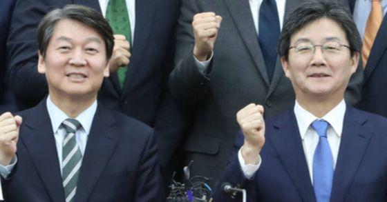지난 12월 14일 부산 부산시의회 대회의실에서 열린 국민통합포럼 세미나에 참석한 안철수 국민의당 대표(왼쪽)와 유승민 바른정당 대표. 송봉근 기자