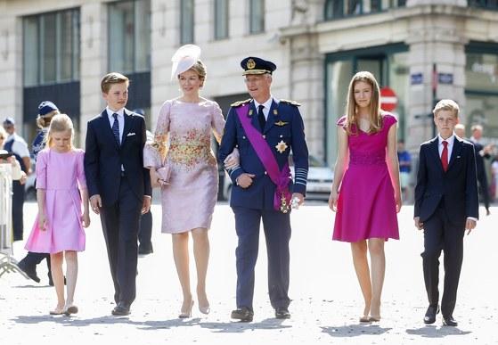 지난해 7월 21일 미사에 참석하기 위해 브뤼셀 생 미셸 성당으로 향하는 필리프 국왕 가족. 7월 21일은 초대 국왕인 레오폴드 1세의 즉위를 기념하는 벨기에의 국경일이다. 왼쪽부터 엘레오노레 공주, 가브리엘 왕자, 마틸다 왕비, 필리프 국왕, 엘리자베스 공주, 에마뉘엘 왕자. [ EPA=연합뉴스]