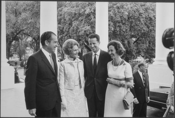 1969년 리처드 닉슨 전 미국 대통령 부부(왼쪽)를 만난 벨기에 5번째 왕인 보두앵 국왕과 파비올라 왕비.[위키피디아]