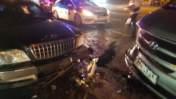 지난 17일 광주광역시 광산구에서 차량 도난사건이 발생해 경찰이 실탄까지 쏘며 범인을 검거했다. 왼쪽은 도난 차량, 오른쪽은 형사 기동차량이다. [사진 광주지방경찰청]