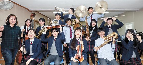 충남 서산 팔봉중 오케스트라 단원들이 지난달 26일 강당에서 환히 웃고 있다. 이 학교는 학생마다 한 가지씩 악기를 연주한다. [프리랜서 김성태]