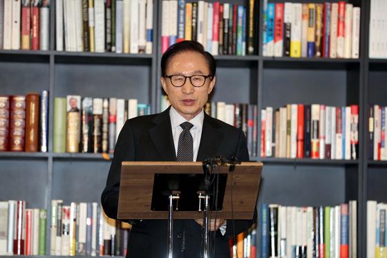 이명박 전 대통령이 지난 17일 서울 삼성동 사무실에서 검찰의 특수활동비 수사와 관련한 입장을 밝히고 있다. [연합뉴스]