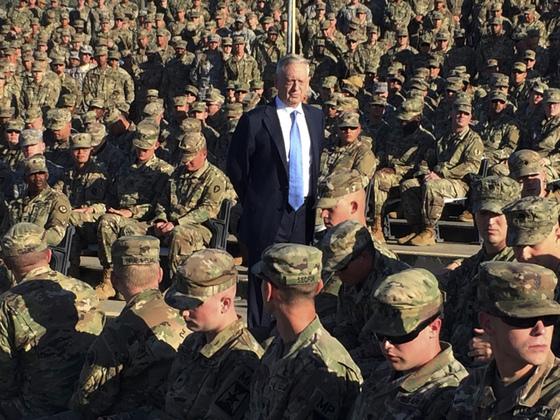 제임스 매티스 미국 국방장관이 지난해 12월 21일 쿠바 관타나모 미군기지 야외 극장에서 장병들 사이에 서서 연설을 하고 있다. [관타나모 AP=연합뉴스]