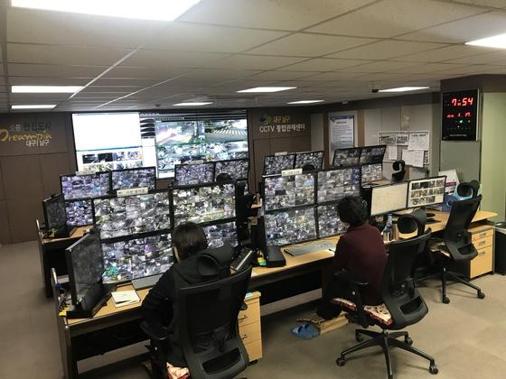 지난 17일 대구시 CCTV통합관제센터에서 관제요원들이 각 구역별로 모니터링을 하고 있다. [김정석 기자]