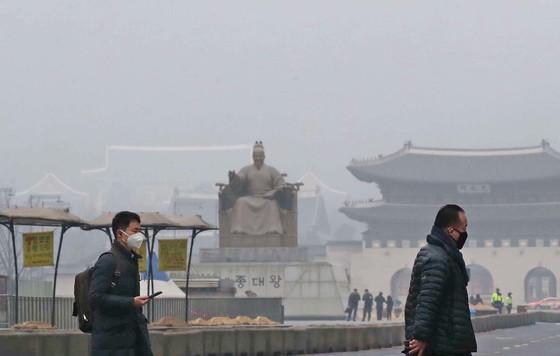 18일 서울 등 전국 대부분이 중국에서 유입된 미세먼지와 황사로 뒤덮였다. 기상청은 19일 전날 유입된 국외 미세먼지와 국내 대기오염물질이 더해져 중서부 및 내륙 일부 지역의 미세먼지 농도가 다소 높을 것으로 예보했다. [김상선 기자]