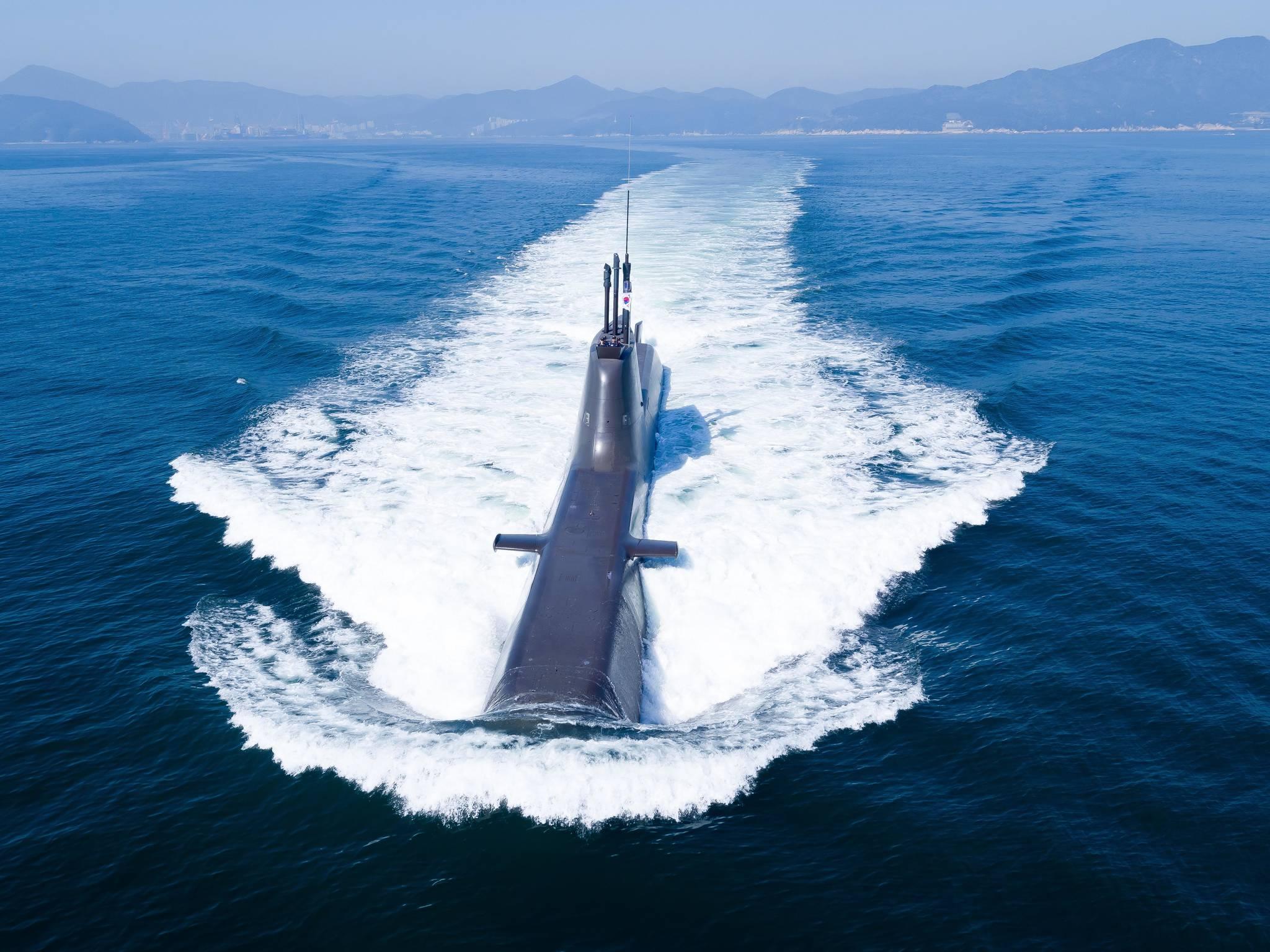장보고-II급 잠수함이 물 위에서 수면을 가르며 운항하고 있다. [사진 방사청]