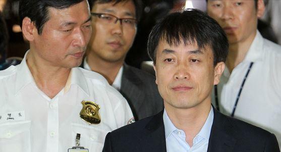 김희중 전 청와대 부속실장이 지난 2012년 7월 24일 영장실질심사를 받기 위해 서울 서초동 서울중앙지법에 출석하고 있다.