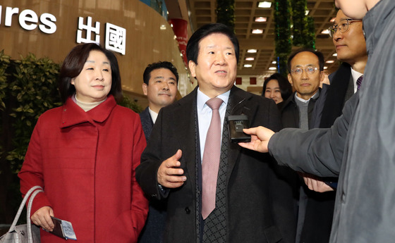 박병석 의원을 단장으로 하는 중국 방문 국회 대표단 의원들이 16일 오전 김포공항으로 출국했다. 왼쪽부터 심상정, 박정, 박병석, 김수민, 추경호, 홍영표 의원. 강정현 기자