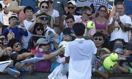South KoreaAfs Chung Hyeon signs autographs following his second round win over RussiaAfs Daniil Medvedev at the Australian Open tennis championships in Melbourne, Australia, Thursday, Jan. 18, 2018. (AP Photo/Ng Han Guan) <저작권자(c) 연합뉴스, 무단 전재-재배포 금지>