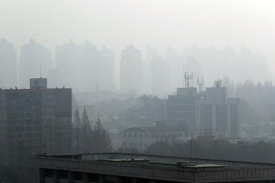 18일 오전 광주 서구 치평동 일원 하늘이 미세먼지로 뿌옇게 보인다. 19일 서울과 인천 등 수도권 지역의 미세먼지는 다소 걷혔지만 남부지방에서는 미세먼지 오염이 이어지고 있다. [연합뉴스]