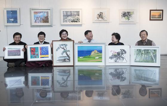 지난 17일 인사동 한국미술관에 모인 6남매. 각자의 작품을 들고 수줍게 웃었다. 왼쪽부터 이병민·병임·병희·병탁·병주·병욱씨. [권혁재 사진전문기자]