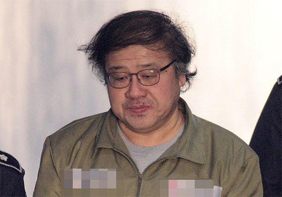2017년 3월 15일 오전 서울 중앙지법에서 열린 공판에 출석하고 있는 안종범 전 청와대 정책조정수석. [중앙포토]