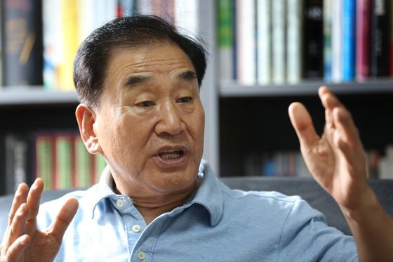 이재오 전 특임장관이 8일 서울 은평구 구산동 자택에서 개헌론에 관한 이야기를 하고 있다. [중앙포토]