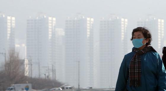 19일 부산 동래구에서 시민들이 마스크를 착용한채 거리를 걷고 있다. 송봉근 기자