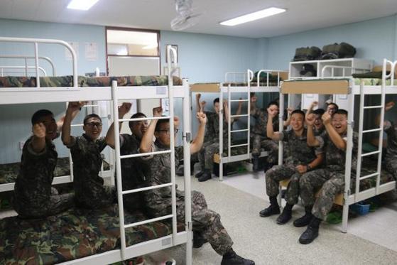 2016년 8월 육군39사단 거제대대 장병들이 새롭게 마련된 병영생활관에 입주한 뒤 환호하고 있다. 19일에도 전 군의 생활관에서 이처럼 기뻐하는 병사들이 많았다고 한다. [사진 39사단]