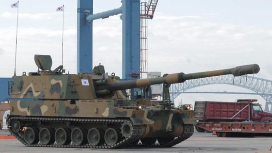 지난해 10월 한국 육군 K9 자주포가 미국 버지니아주 볼티모어항에서 하역작업을 마친 후 트레일러 탑승을 위해 대기하는 모습. [중앙포토]