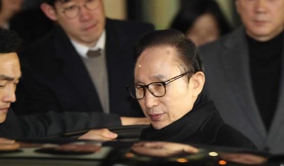 """이명박 전 대통령이 17일 서울 삼성동 사무실에서 검찰 수사와 관련한 입장을 발표한 뒤 차에 오르고 있다. 이 전 대통령은 '검찰수사는 처음부터 나를 목표로 하는 것이 분명하다""""고 말했다."""