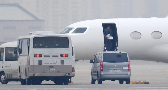 아랍에미리트(UAE) 특사 의혹 논란의 핵심 인물인 칼둔 칼리파 알 무바라크 UAE 아부다비 행정청장 일행이 8일 서울 강서구 김포국제공항 비즈니 스항공센터로 입국, 비행기에서 내리고 있다. 2018.1.8 오종택 기자