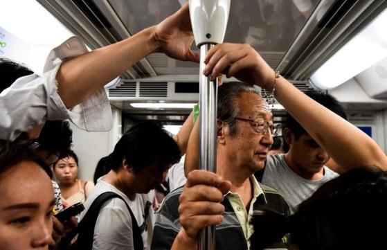 중국 상하이(上海)에서 주말부터 현금 없이도 휴대 전화로 QR 코드를 스캔해 지하철을 탈 수 있다.[홍콩 SCMP 캡처]