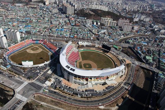 준공된 지 53년 된 무등경기장 야구장(사진 왼쪽)이 복합체육시설로 재탄생한다. [사진 광주광역시]