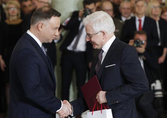 지난 9일 안드레이 두다 대통령(왼쪽)에게 임명장을 받는 야체크 차푸토비치 외무장관. [AP=연합뉴스]