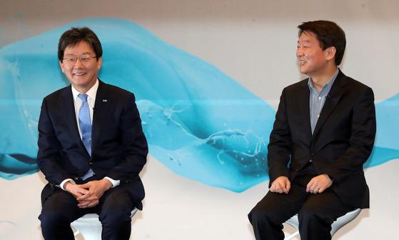 안철수 국민의당 대표(오른쪽)와 유승민 바른정당 대표가 19일 국회 헌정기념관에서 열린 토크콘서트 '청년이 미래다'에 나란히 참석했다. 강정현 기자