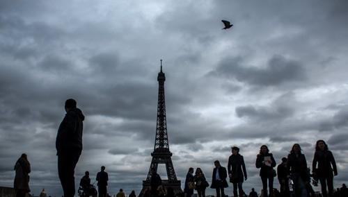 에펠탑 주위에 낀 먹구름 [EPA=연합뉴스]